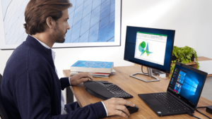 Homem utilizando computador com Windows 10 e Office 365