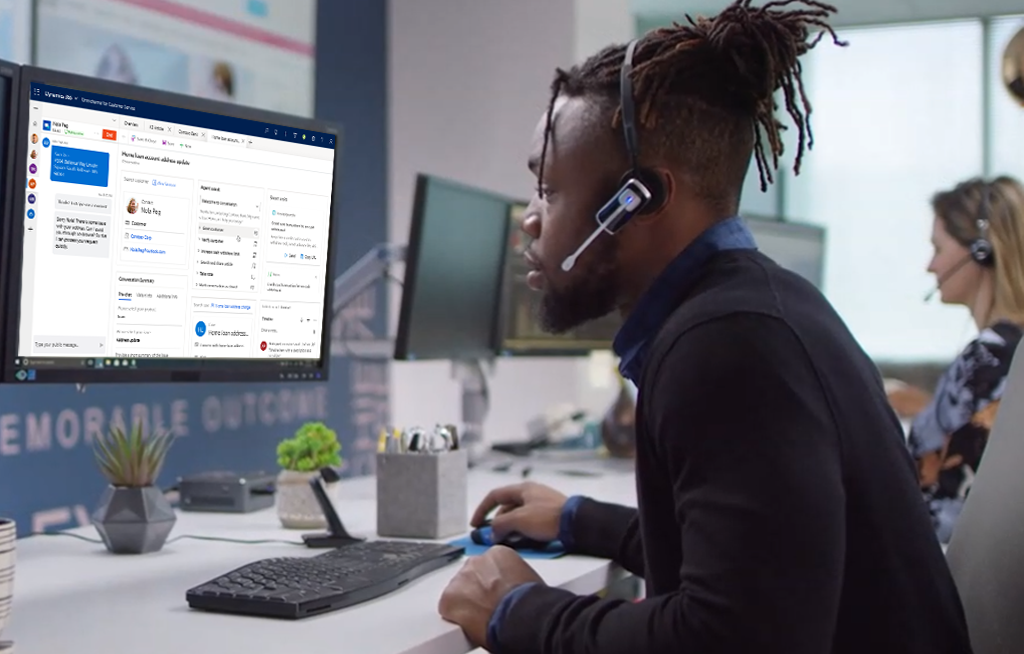 Customer service representative using Dynamics 365 Customer Service.